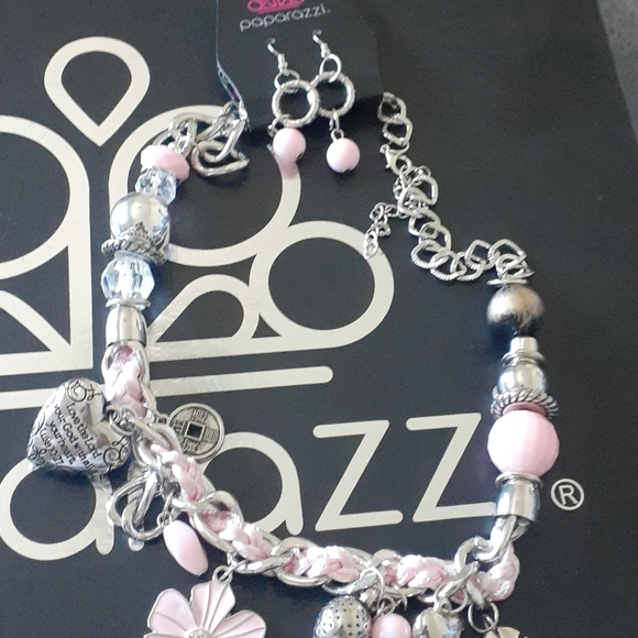 ThIs necklace brand new too..